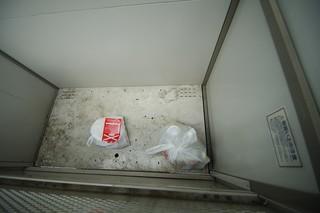 ゴミステーションに残されたゴミ